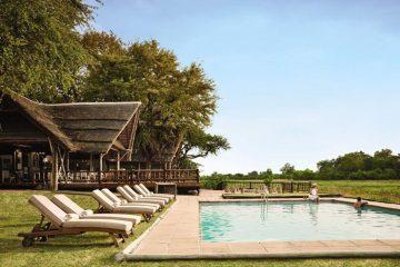 Botswana Khwai River Lodge Pool Iwanowskis Reisen - afrika.de