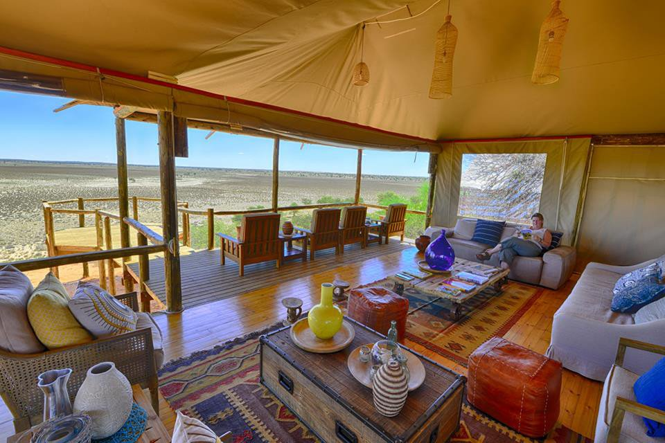 Botswana Polentswa Lodge Lounge Iwanowskis Reisen - afrika.de