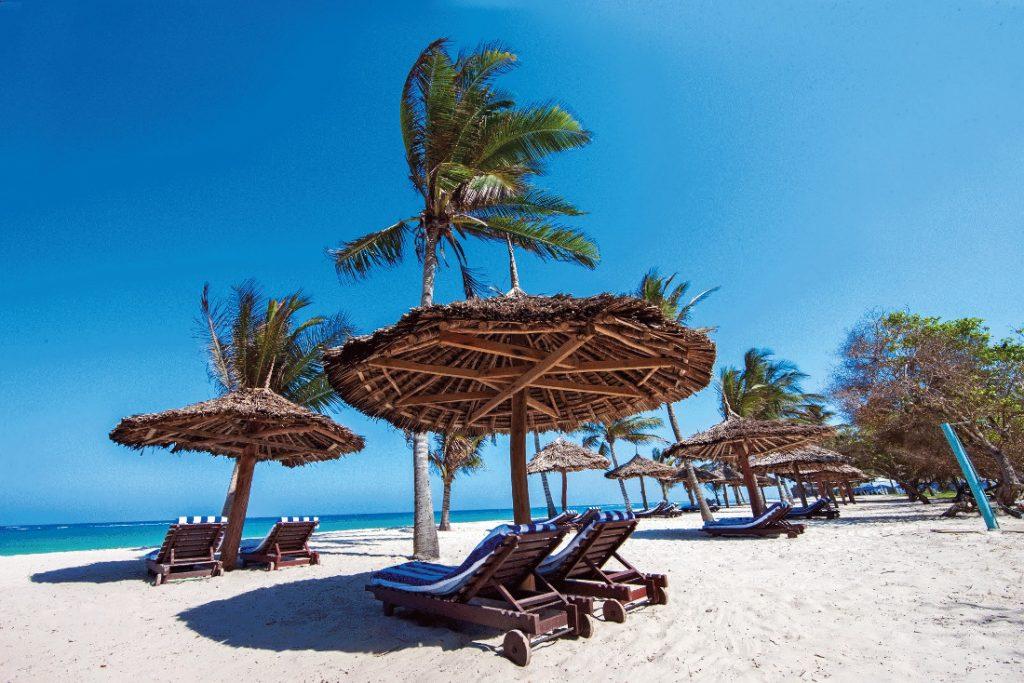 Kenia Mombasa Jacaranda Indian Ocean Beach Resort Strand Iwanowskis Reisen - afrika.de