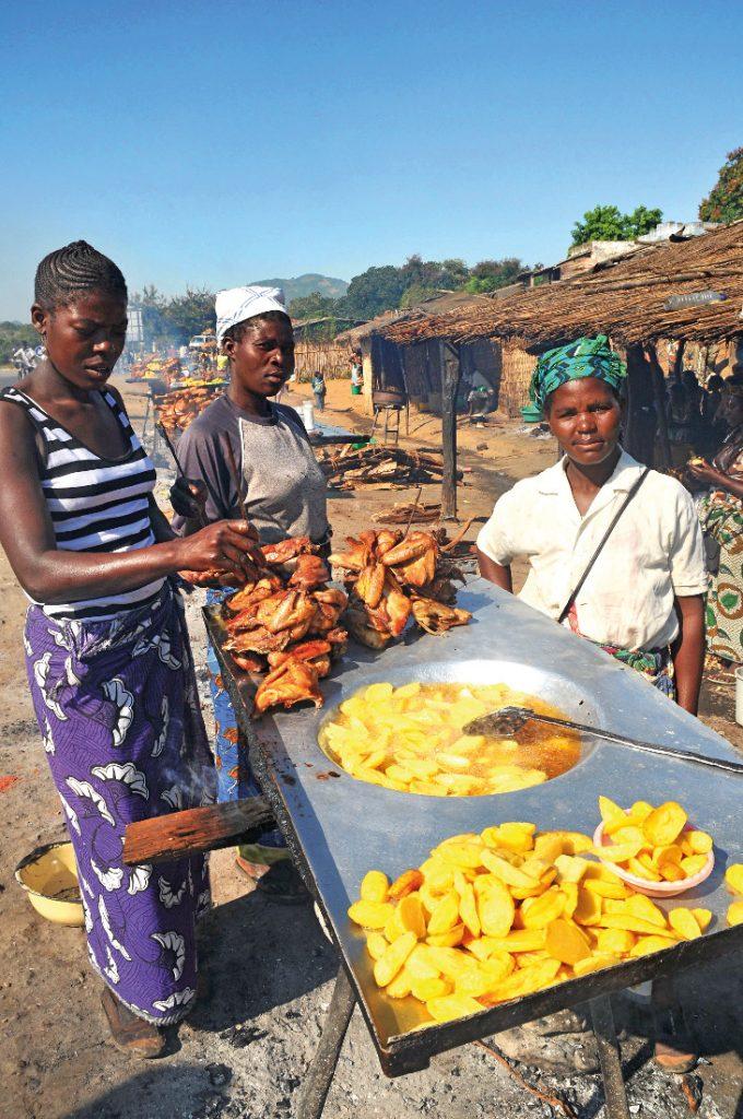 Mosambik Straßenimbiss Iwanowskis Reisen - afrika.de