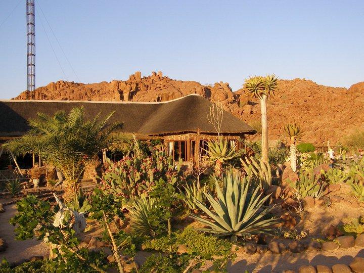 Namibia Damaraland Brandberg White Lady Lodge Garten Iwanowskis Reisen - afrika.de