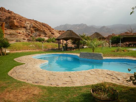 Namibia Damaraland Brandberg White Lady Lodge Pool Iwanowskis Reisen - afrika.de