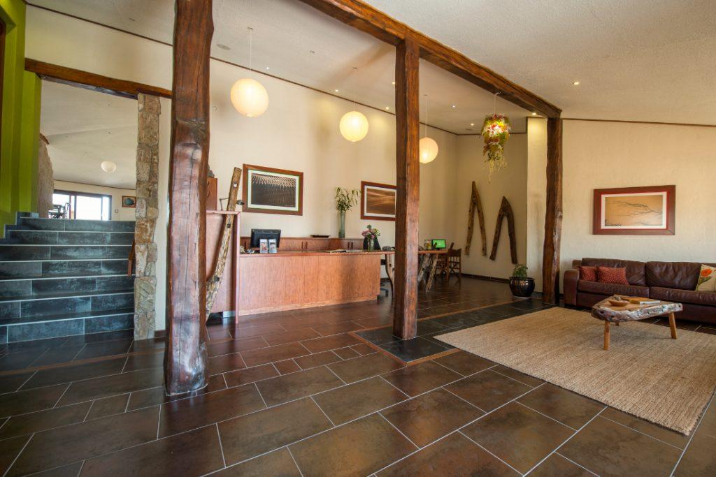Namibia Swakopmund Desert Breeze Lodge Empfang Lounge Iwanowskis Reisen - afrika.de