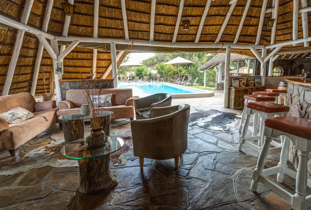Namibia Okahandija Elegant Farmstead Poolbar Iwanowskis Reisen - afrika.de