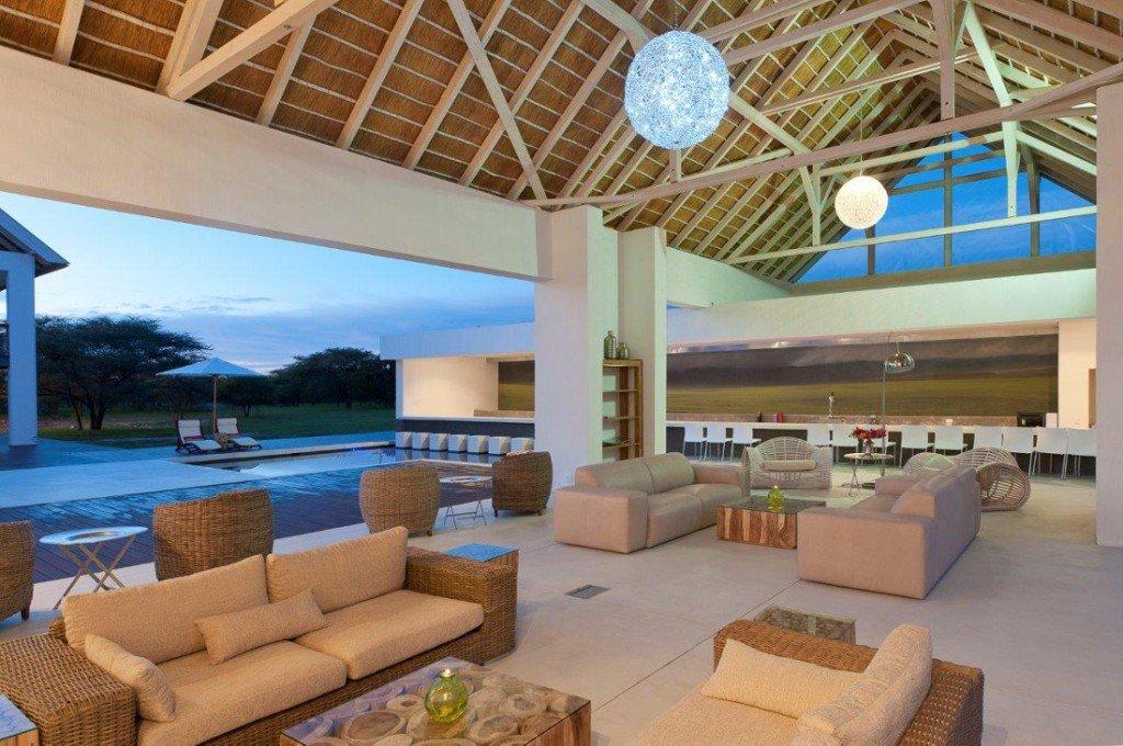 Namibia Norden Emanya@Etosha Lodge Lounge Iwanowskis Reisen - afrika.de
