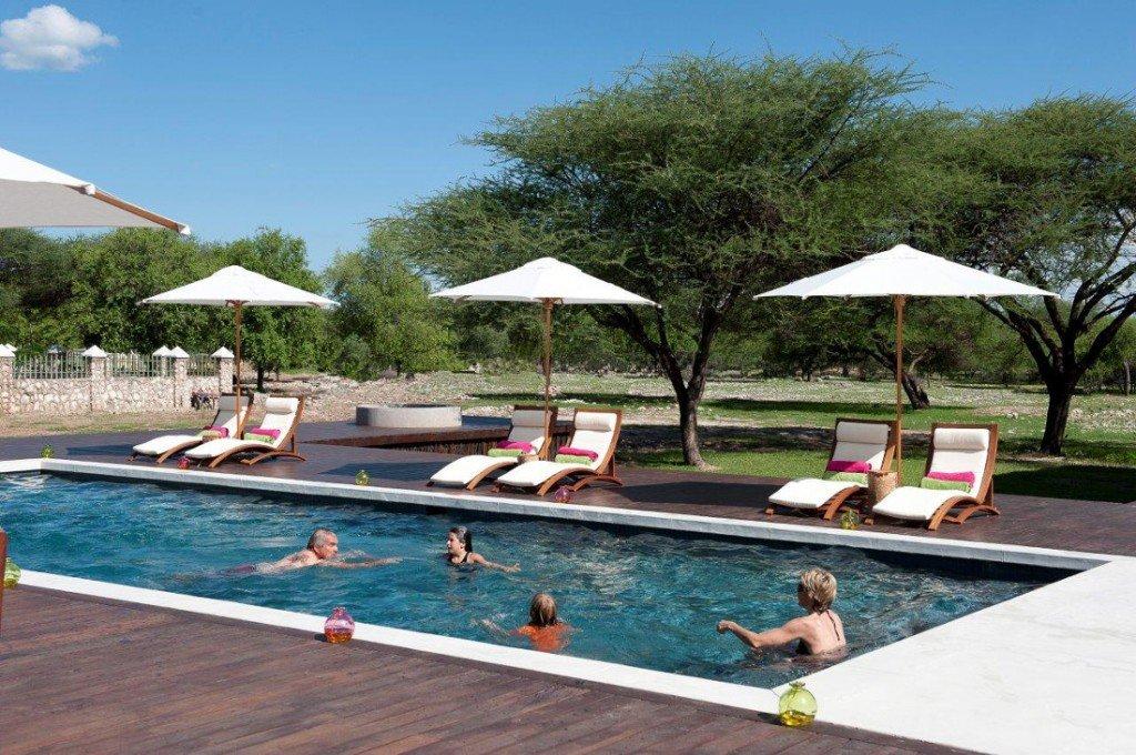 Namibia Norden Emanya@Etosha Lodge Swimming Pool1 Iwanowskis Reisen - afrika.de