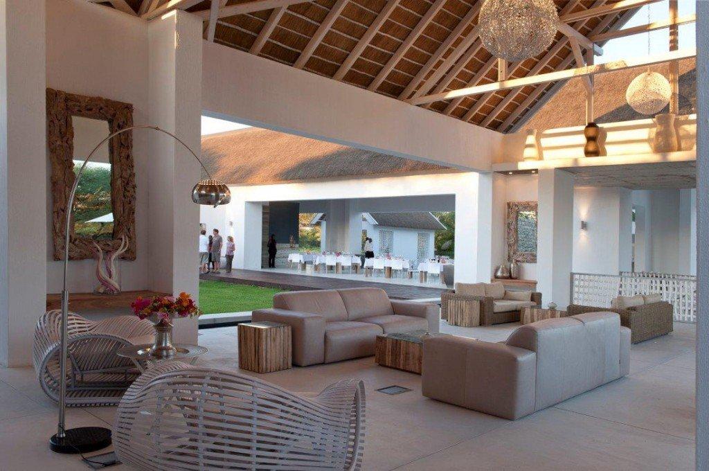 Namibia Norden Emanya@Etosha Lodge Restaurant Lounge Iwanowskis Reisen - afrika.de