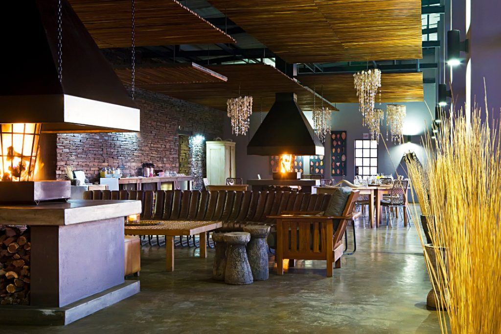 Namibia Fish River Canyon Lodge Bar Restaurant Iwanowskis Reisen - afrika.de
