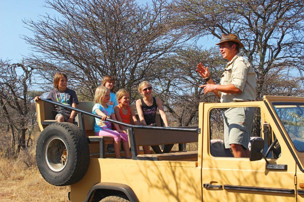 Namibia Otjiwarongo Kambaku Safari Lodge Pirschfahrt Kinder Iwanowskis Reisen - afrikal.de