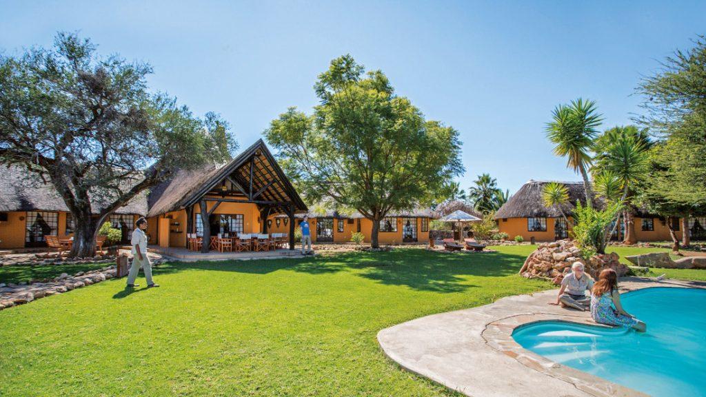 Namibia Otjiwarongo Kambaku Safari Lodge Pool Iwanowskis Reisen - afrikal.de