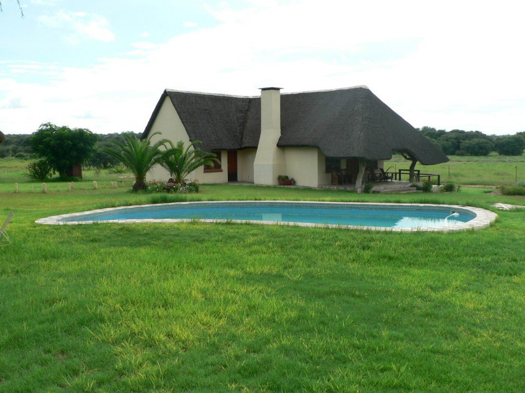 Namibia Kamrav Gästefarm Pool1 Iwanowskis Reisen - afrika.de