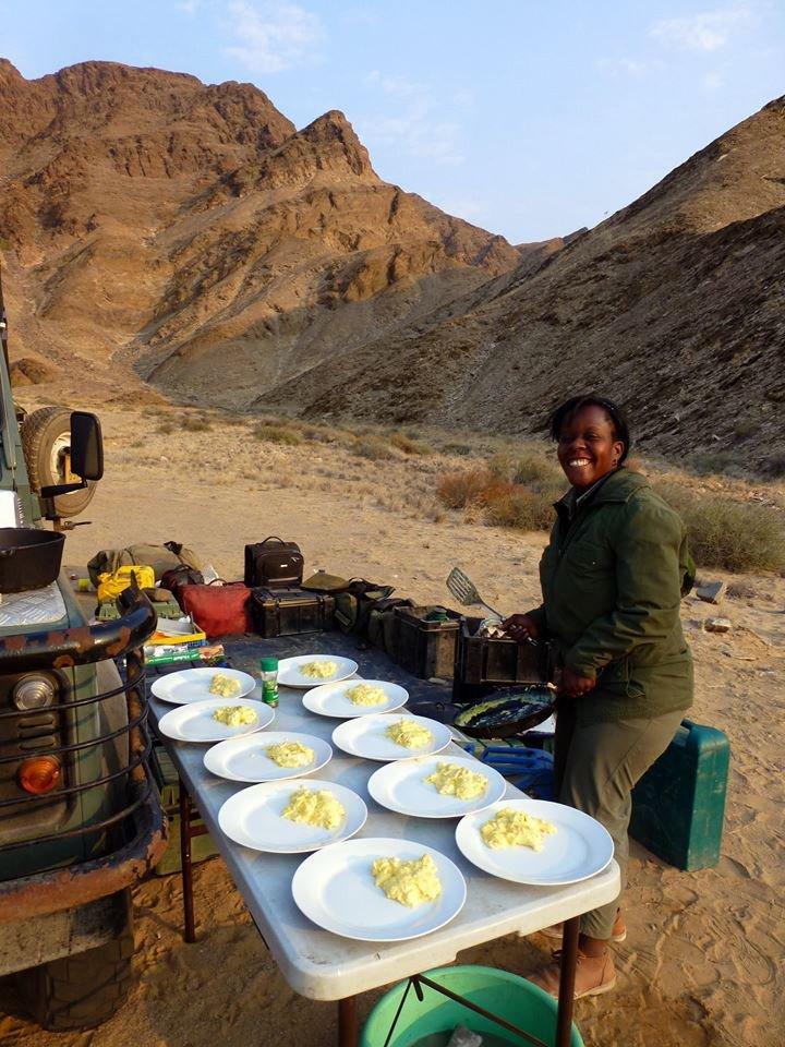 Namibia Kaokoveld Expedition Mittagessen unterwegs Iwanowskis Reisen - afrika.de