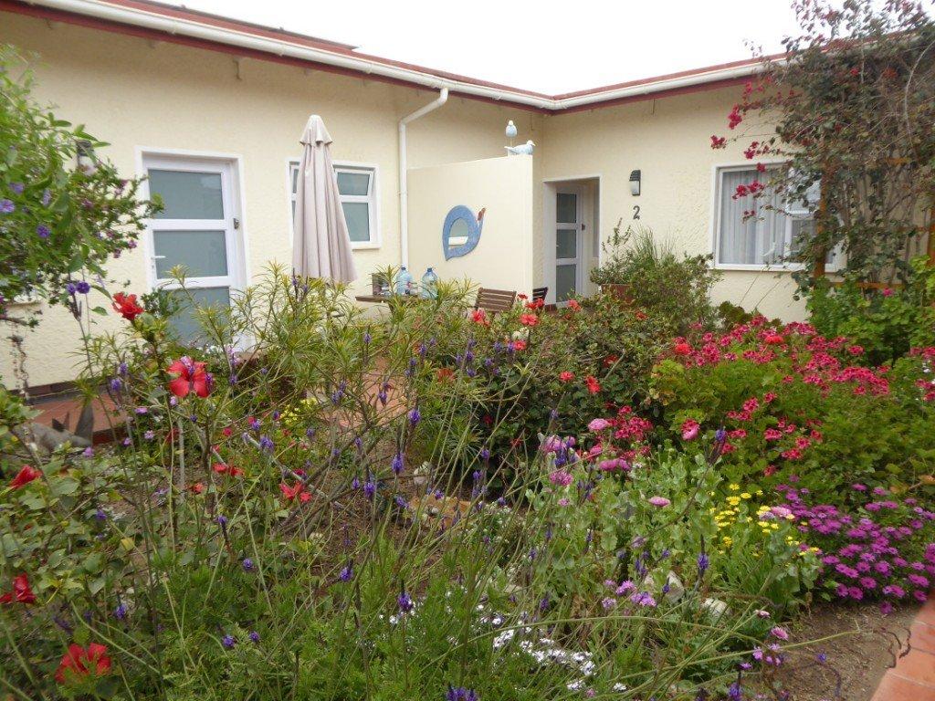 Namibia Swakopmund Meikes Guesthouse Innenhof Iwanowskis Reisen - afrika.de
