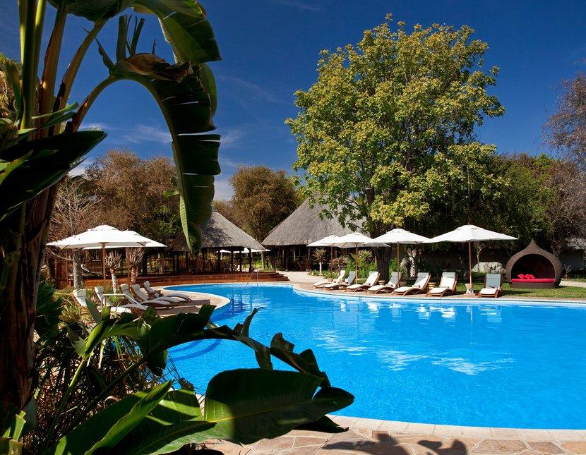 Namibia Etosha Nationalpark Mokuti Lodge Pool Iwanowskis Reisen - afrika.de