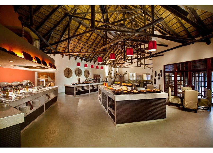 Namibia Mokuti Etosha Lodge Restaurant Iwanowskis Reisen - afrika.de