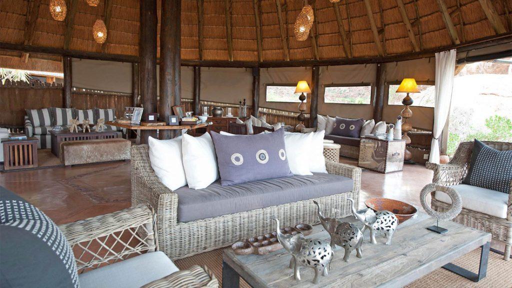 Namibia Twyfelfontein Mowani Mountain Camp Lounge Iwanowskis Reisen - afrika.de