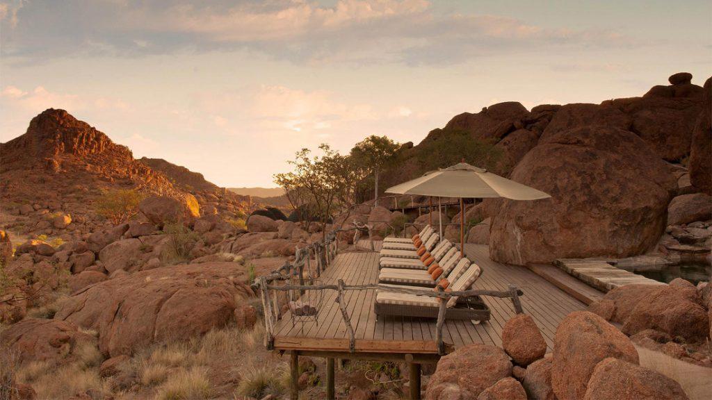 Namibia Twyfelfontein Mowani Mountain Camp Pool Terrasse Iwanowskis Reisen - afrika.de
