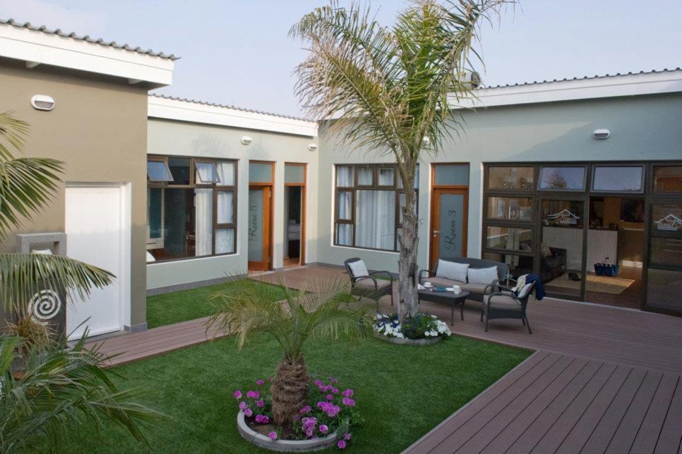 Namibia Swakopmund Namib Guesthouse Innenhof Iwanowskis Reisen - afrika.de