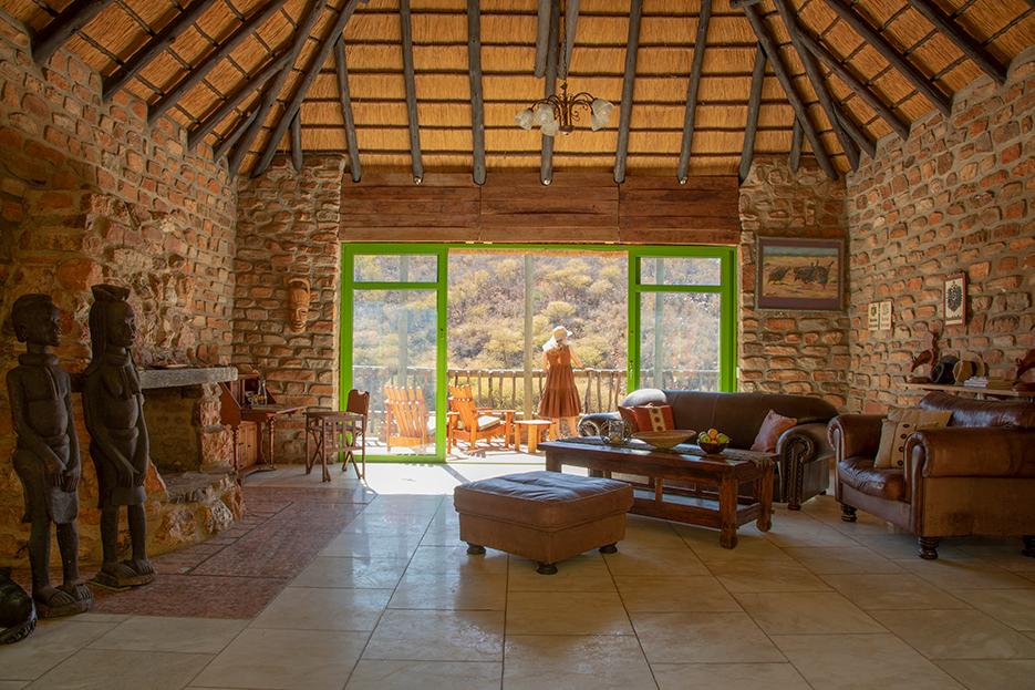 Namibia nahe Windhoek Okambara Elephant Lodge Lounge Iwanowskis Reisen - afrika.de