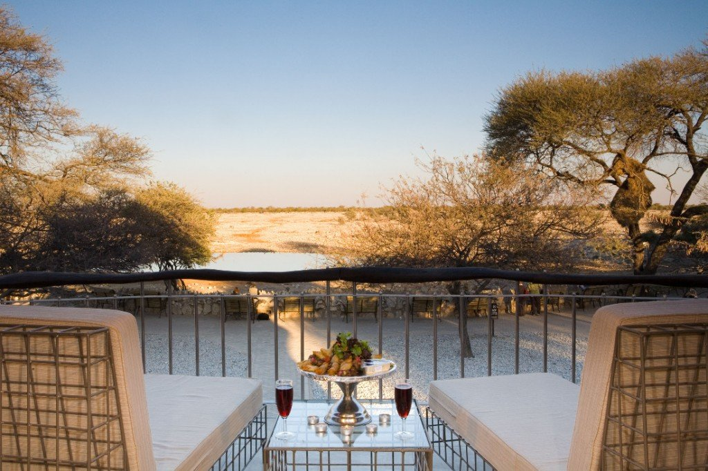 Namibia Etosha Nationalpark Okaukuejo Camp Premier Waterhole Chalet Wasserloch Iwanowskis Reisen - afrika.de