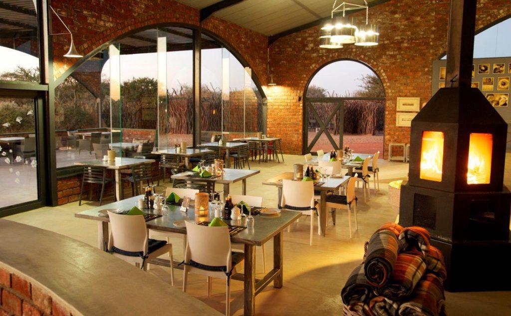 Namibia Okonjima Plains Camp Restaurant Iwanowskis Reisen - afrika.de
