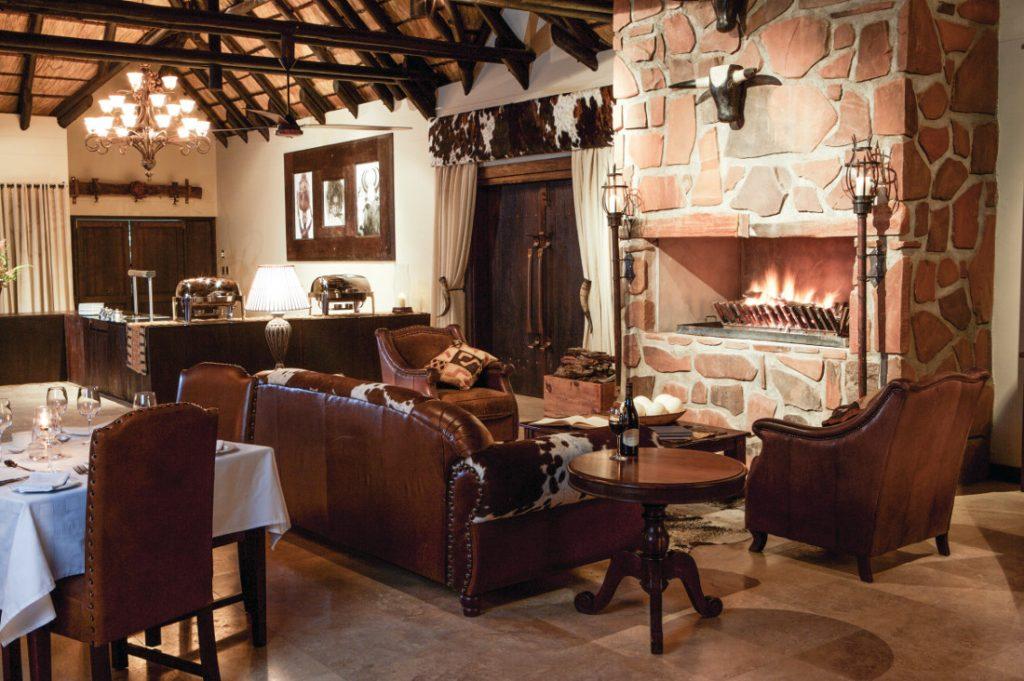 Namibia Erindi Game Reserve Old Traders Lodge Restaurant Lounge Iwanowskis Reisen - afrika.de