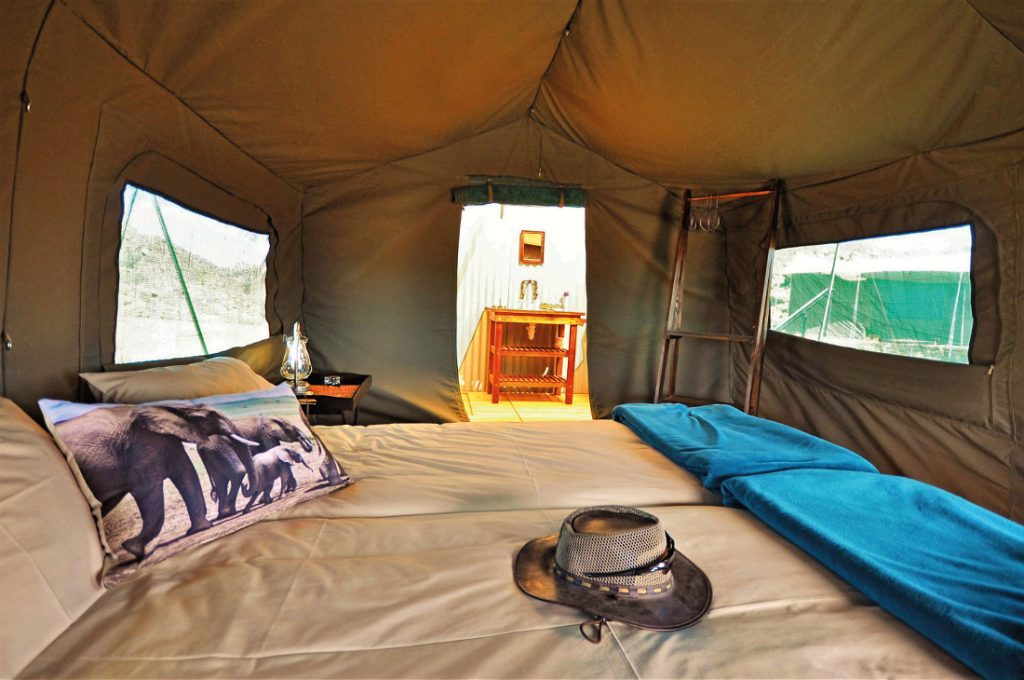 Namibia Ugab Fluss Ozondjou Trails Safarizelt Innen Iwanowskis Reisen - afrika.de