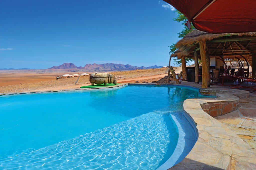 Namibia Kohmas Hochland Rostock Ritz Desert Lodge Pool Iwanowskis Reisen - afrika.de