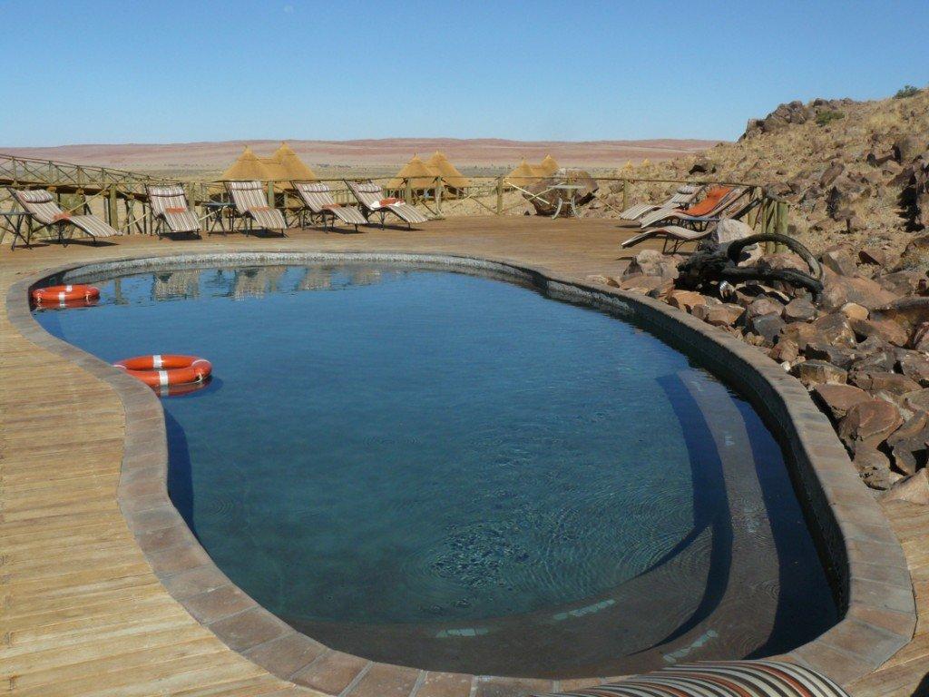 Namibia Naukluft Park Sossus Dune Lodge Swimming Pool 1 Iwanowskis Reisen - afrika.de