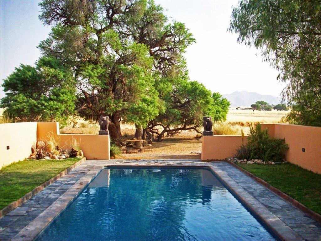 Namibia Sossusvlei Lodge Swimming Pool Iwanowskis Reisen - afrika.de