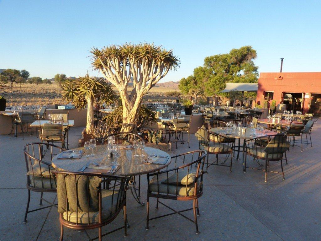 Namibia Sossusvlei Lodge Terrasse Iwanowskis Reisen - afrika.de