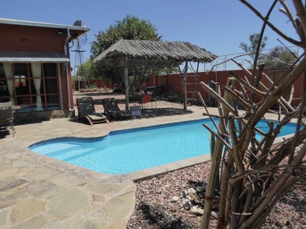 Namibia Kalahari Teufelskrallen Tented Lodge Pool Iwanowskis Reisen - afrika.de