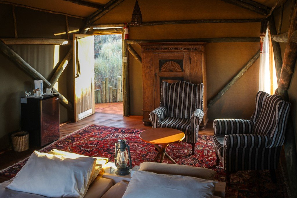 Namibia Kalahari Teufelskrallen Tented Lodge Gästezelt Iwanowskis Reisen - afrika.de