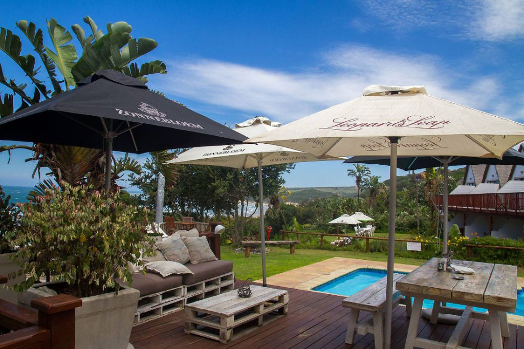 Südafrika Eastern Cape Wild Coast Crawfords Beach Lodge Terrasse Iwanowskis Reisen - afrika.de
