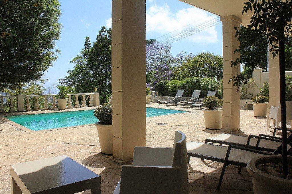 Südafrika Kapstadt De Tafelberg Guesthouse Pool Terrasse Iwanowskis Reisen - afrika.de