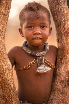 Namibia Himbajunge Nomad Safaris Iwanowskis Reisen - afrika.de