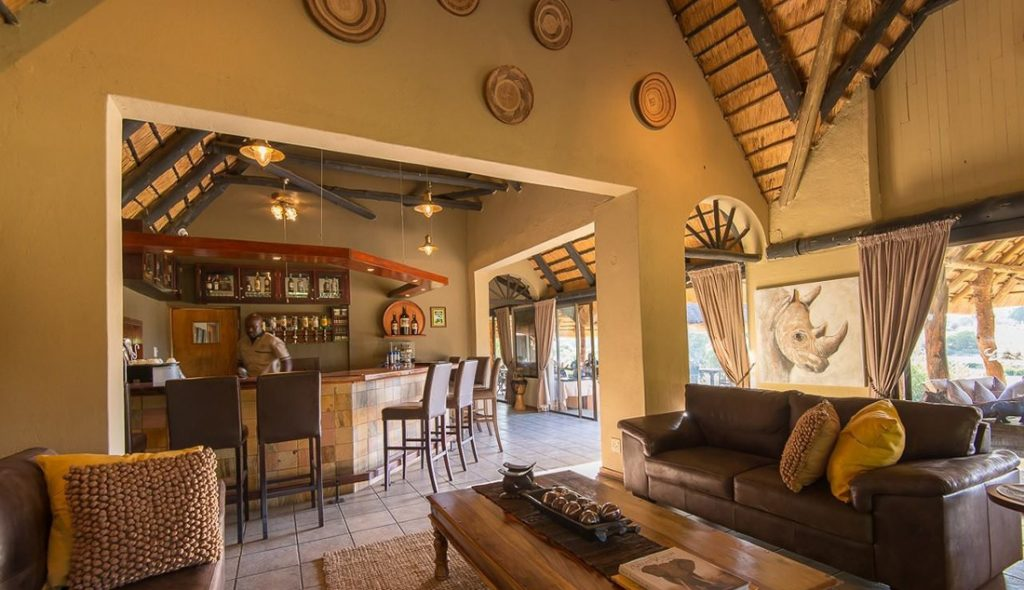 Südafrika Sabi Sands Inyati Game Lodge Bar Lounge Iwanowskis Reisen - afrika.de