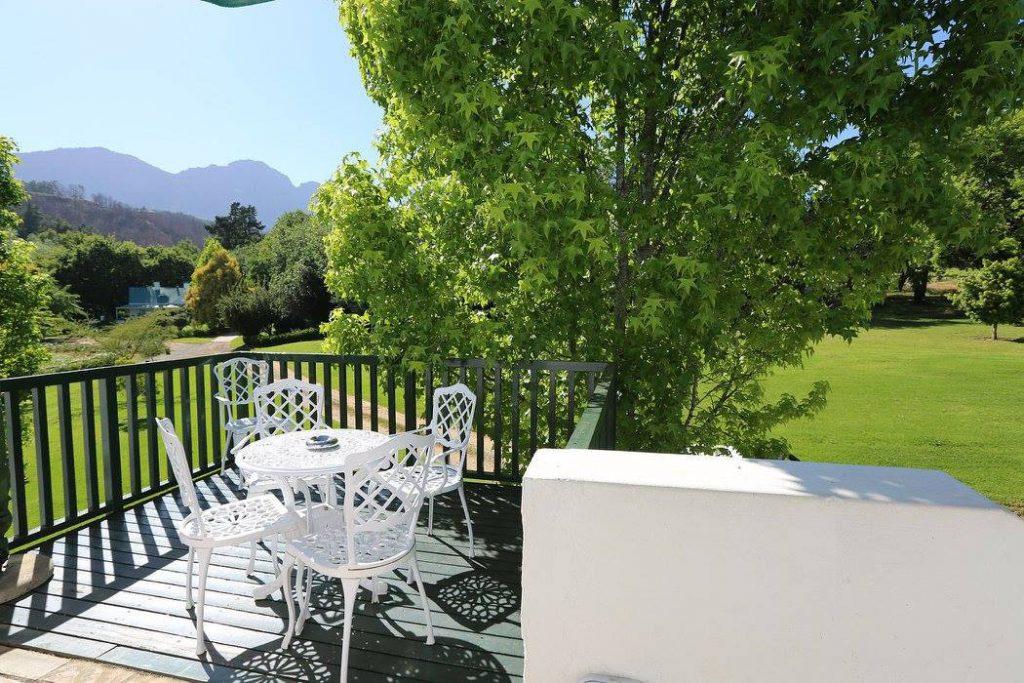 Südafrika Stellenbosch Knorhoek Guest House Terrasse Iwanowskis Reisen - afrika.de