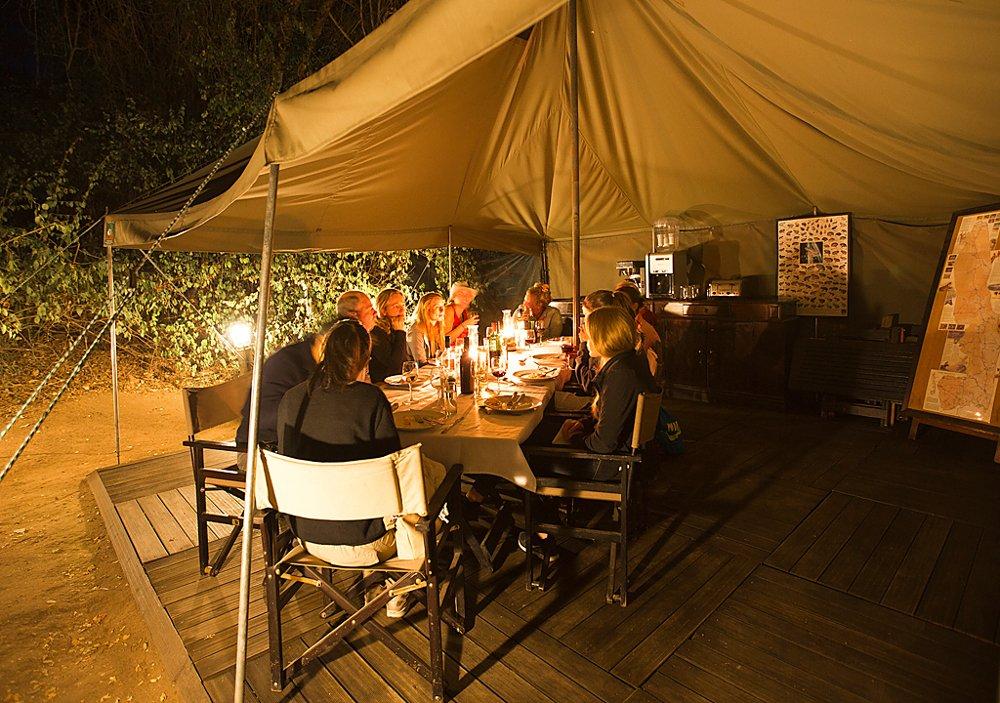 Südafrika Krüger Nationalpark Pretoriuskop Camp Abendessen Iwanowskis Reisen - afrika.de