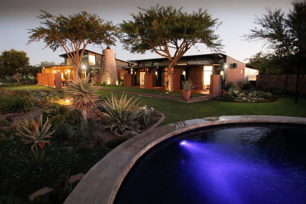Südafrika Bloemfontein Liedjiesbos Guesthouse Pool Iwanowskis Reisen - afrika.de