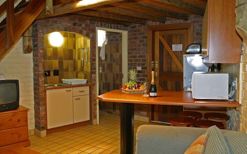 Südafrika Pilanesberg Manyane Resort Chalet Wohnraum Iwanowskis Reisen - afrika.de