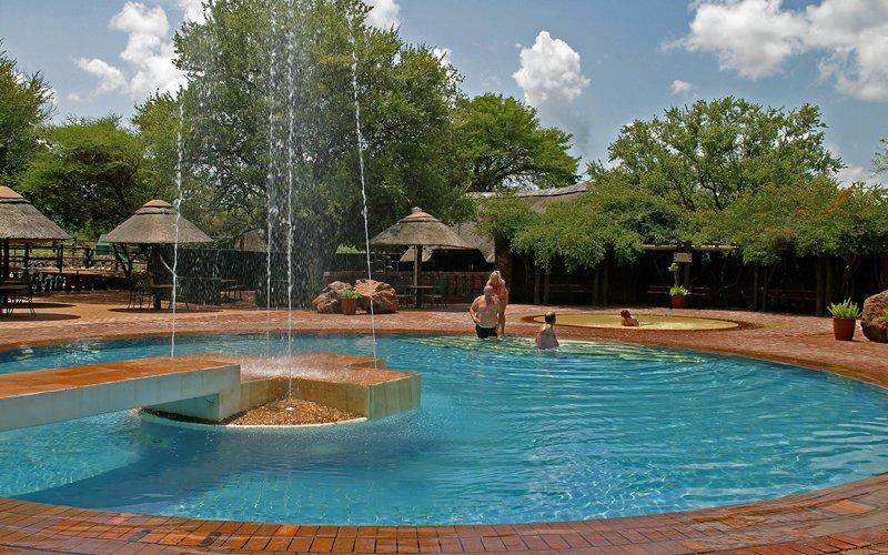 Südafrika Pilanesberg Manyane Resort Pool Iwanowskis Reisen - afrika.de