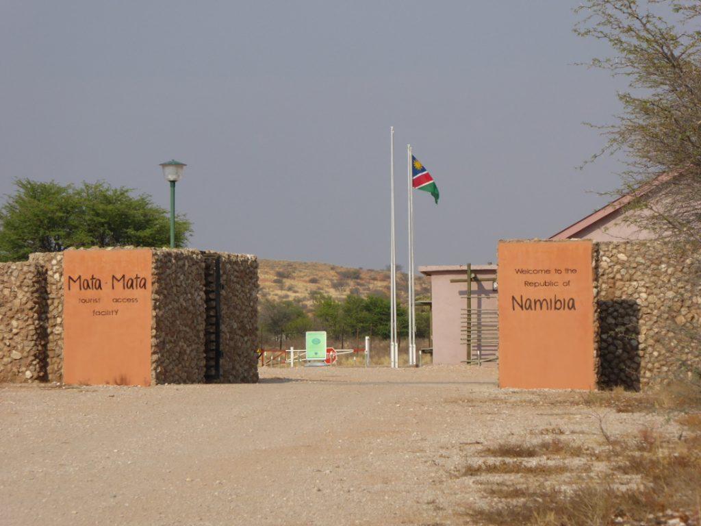 Südafrika Kgalagadi Transfrontier Park Mata Mata Camp Einfahrt Iwanowskis Reisen - afrika.de