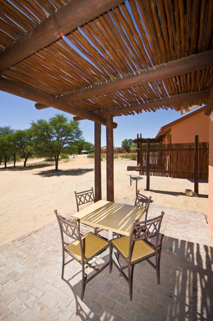 Südafrika Kgalagadi Transfrontier Park Mata Mata Camp Unterkunft Terrasse Iwanowskis Reisen - afrika.de