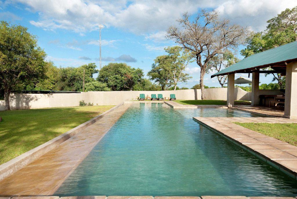 Südafrika Sabie Sands Nottens Bush Camp Pool Iwanowskis Reisen - afrika.de