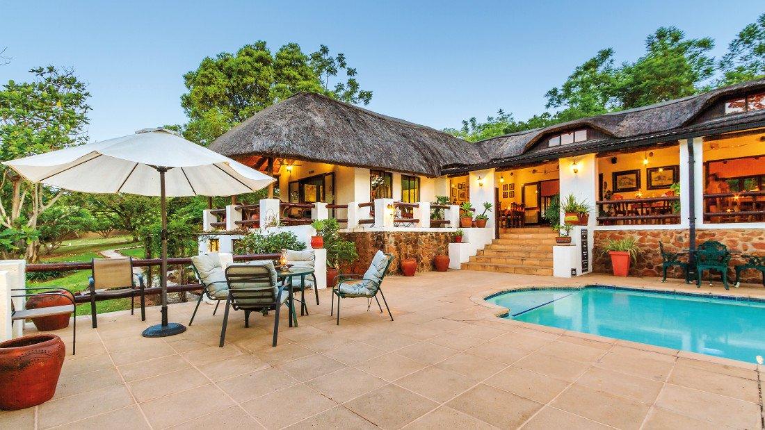 Südafrika Hazyview Rissington Inn Terrasse Pool Iwanowskis Reisen - afrika.de