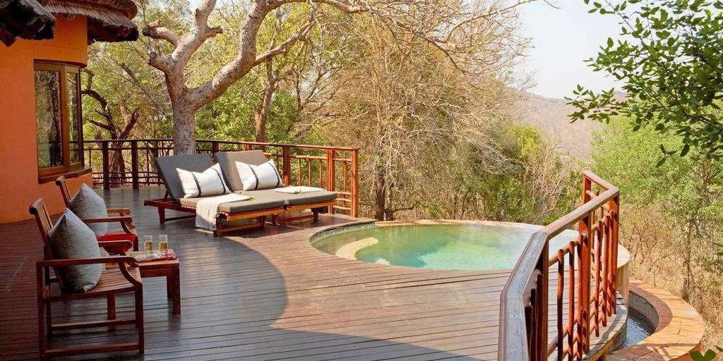 Südafrika Hluhluwe Thanda Main Lodge Zimmer Terrasse Iwanowskis Reisen - afrika.de
