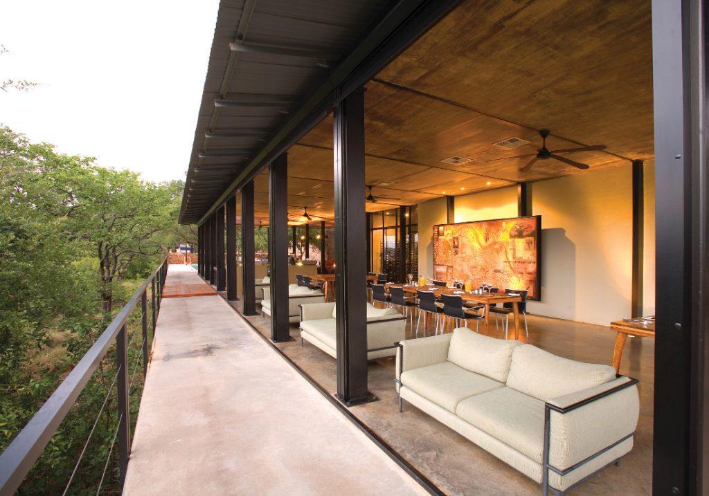 Südafrika Krüger National Park The Outpost Lounge Restaurant Iwanowskis Reisen - afrika.de