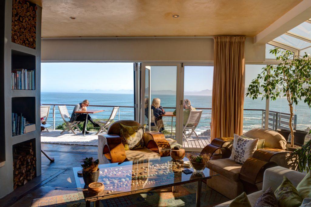 Südafrika Gansbaai Whalesong Lodge Lounge Iwanowskis Reisen - afrika.de