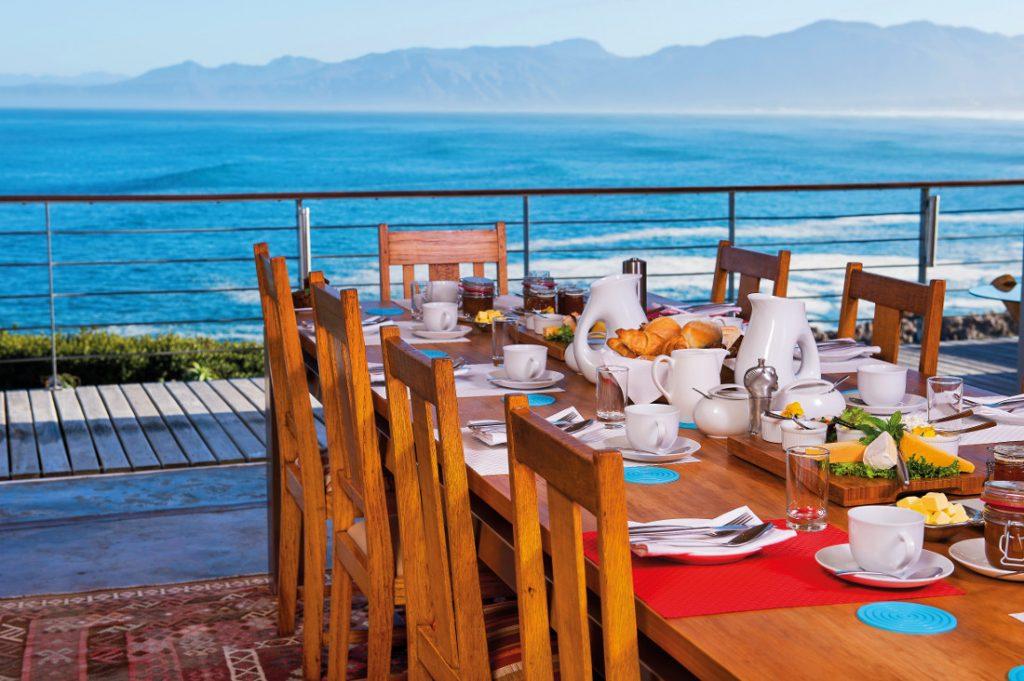 Südafrika De Kelders Whalesong Lodge Frühstück Terrasse Iwanowskis Reisen - afrika.de